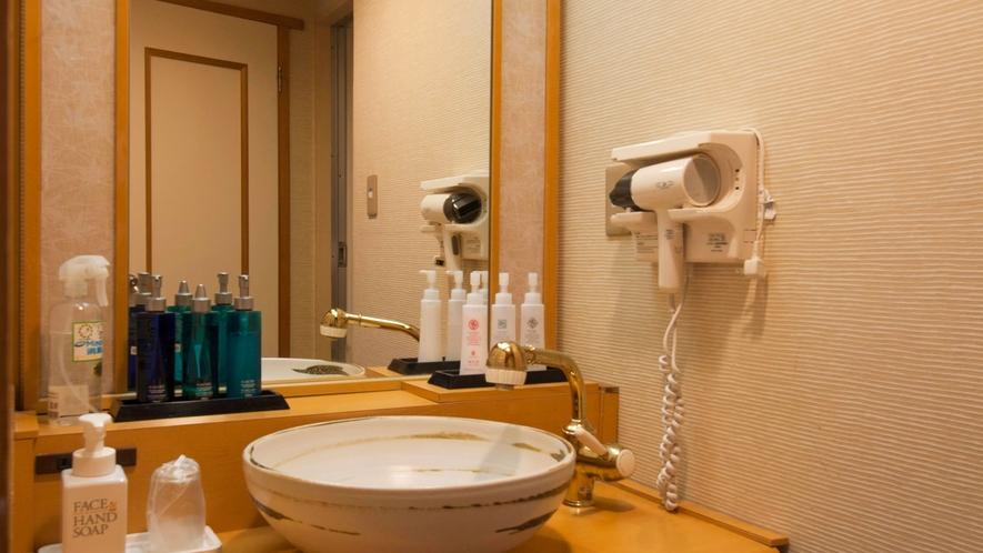 ■各客室には女性用・男性用のアメニティ化粧品も充実。[オーシャンビューのスタンダード客室]