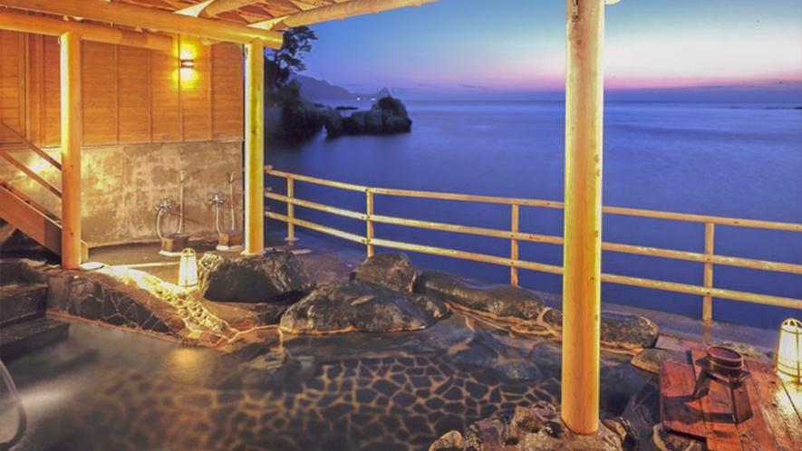 ■海に手が届きそうな温泉は、清流ならではの醍醐味。[波打ち際の露天風呂(男性専用)「漁夫」]