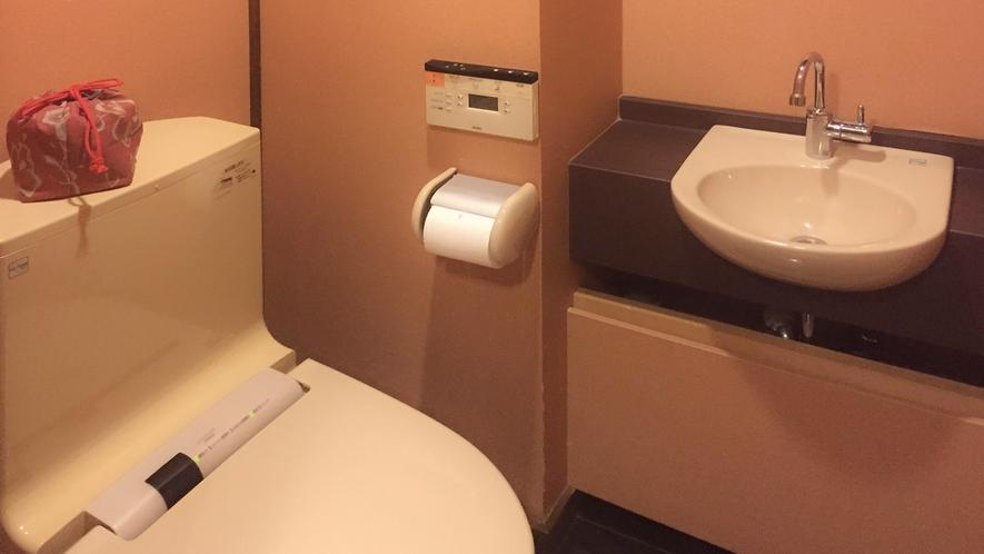 ■露天付和モダン和室のトイレ(洗浄機付き)。[露天風呂付き和モダン客室「二人静」]