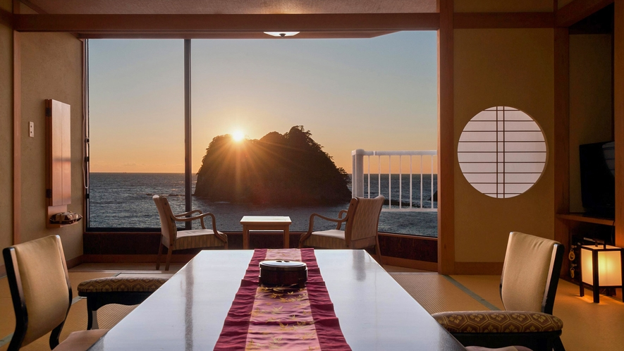 ■夕刻、海と空の色変化をお部屋から楽しめる。[ジュニアスイート和室]