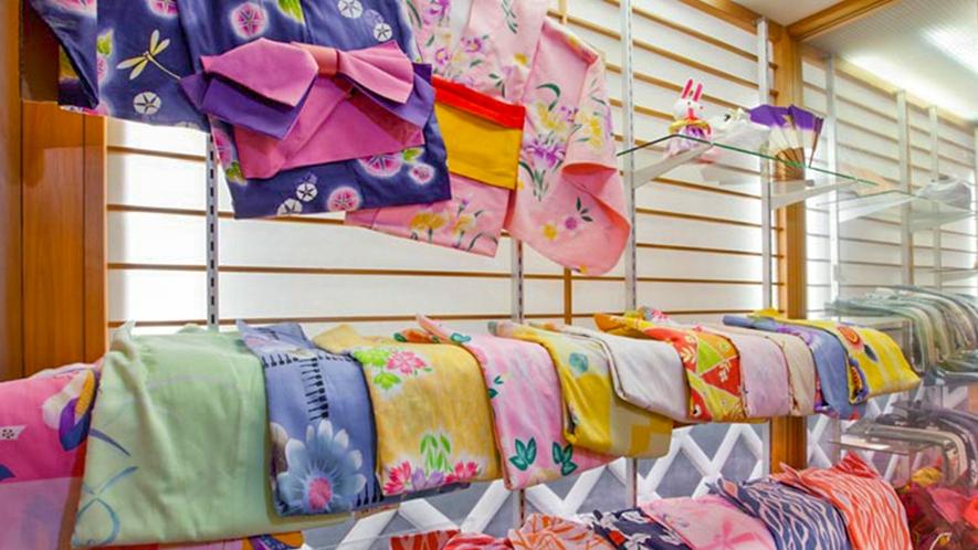 ■女性向けの色とりどりの浴衣セット(浴衣・帯・下駄を含む)が借りられる。※色浴衣レンタル500円
