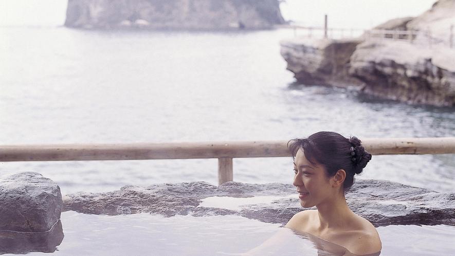 ■まるで海と一体になった様な波打ち際は、潮風が心地よい。[波打ち際の露天風呂(女性専用)「海女」]