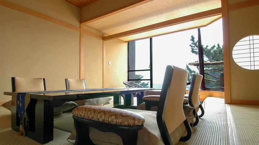 ■市松畳も心地よいセミスイートクラスの和室は開放感たっぷり。[絶景露天風呂付き和室]