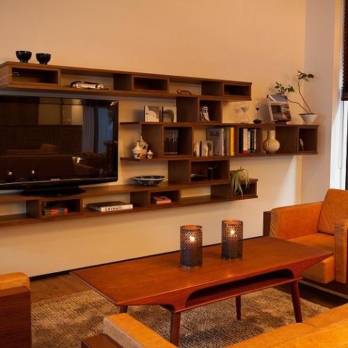 【ロビー】飾り棚の本や写真集はご自由に閲覧いただけます