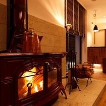 【ロビー】暖炉が備え付けられた暖かな雰囲気のロビー