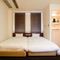 【和洋室】ベッドが2つ並んだハリウッドスタイルなので、添寝のお子様も安心♪