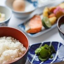 【朝食】ボリューム満点の和朝食!御飯とお味噌汁はおかわり自由です!