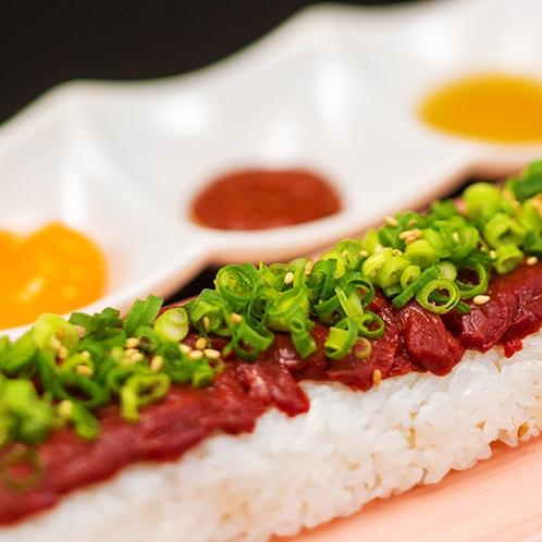 【馬肉ユッケ寿司】山形馬肉を使ったユッケ。牛肉だけじゃなく馬肉にもこだわって調理!