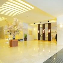 【ロビー】明るくて広々したホテル内。のんびりと快適なご滞在をお楽しみ下さい。