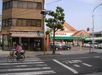 ホテル目の前の薬局とスーパーマーケット
