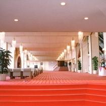 赤絨毯のロビー。お客様をお待ちしております。