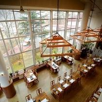 レストラン全景~開放感溢れる大きな窓