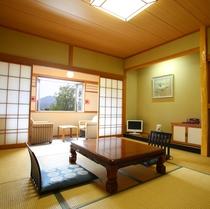 和室【ゆったりとした和室10畳】山々の秀麗なパノラマビュー