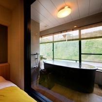 【温泉展望風呂付客室】ベッドルーム脇にある展望風呂で寛ぎの温泉時間