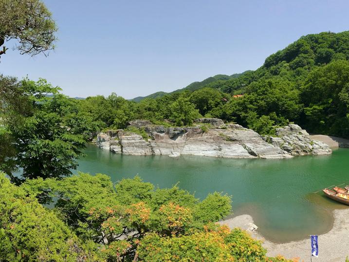 当館より望む長瀞渓谷・岩畳パノラマ(春・左)