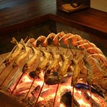 【食事】囲炉裏で川魚をじっくり炭火焼