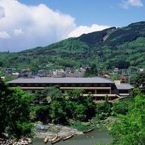 【外観】荒川対岸から見た長生館の全景と宝登山(ほどさん)