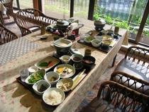 ご朝食は和定食。渓谷が眺められるレストランに朝日が差し込みます。
