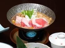 長生館名物「猪肉のぼたん鍋」は食用猪に特製ブレンド味噌を用いています。