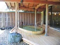 【露天風呂】女風呂は青森県産ヒバ材を使用した檜風呂。