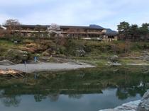 対岸から見た長生館(4月頃)