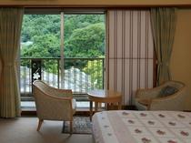 室内からも、もちろん長瀞渓谷の風景をご覧になれます。岩畳北端の白鳥島が目の前です♪