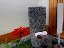 【ロビー】平成5年の行幸啓の際に美智子皇后陛下もお掛けになった「幸せの椅子」