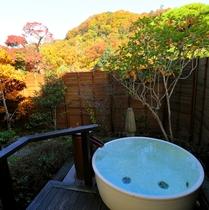 露天風呂に浸かりながらの紅葉狩り