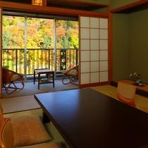 一般和室からの紅葉の眺め