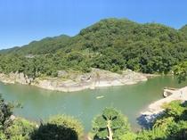 すぐ下に荒川が流れ、対岸には岩畳の北端「白鳥島」が。渓谷の自然美をバッチリ堪能。
