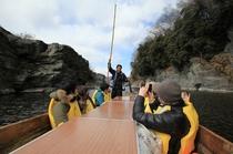 【1・2月】冬はぽかぽかこたつ舟♪船頭さんのトークとともに岩畳を周遊する舟のアトラクション!