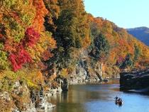 【11月は長瀞紅葉まつり♪】岩畳・徒歩2分★対岸の紅葉と岩畳に挟まれながら進むラインくだり。