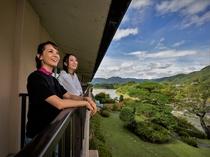 【2階和室】ぜひベランダに出て渓谷の自然美を間近で感じてください。