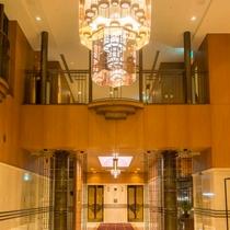 ホテル1階ロビーのシャンデリア