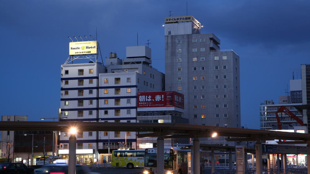 JR函館駅正面口を出るとすぐにホテルの建物が見えます(夜景)
