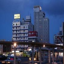 JR函館駅からのホテル全景(夜景)夜でも安心の近さです♪