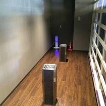 喫煙所室内