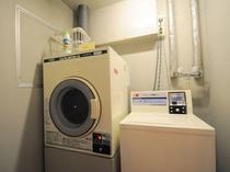 【コインランドリー】洗濯機は200円/1回、乾燥機は100円/30分です。洗剤はフロントにて販売しております。