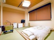 【和室】畳の香り漂う落ち着いた空間で、足を伸ばしてゆったりとおくつろぎください。