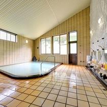 *本館元湯/天候で温泉の色が変わる濁り湯は天然の温泉だからこそ。ほんのり薫る硫黄の香りも◎