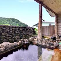 *新館大浴場(露天風呂)/自然の息吹を肌で感じながら浸かる天然温泉。癒しのひと時をお過ごし下さい。