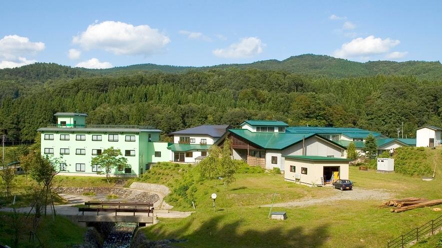 *外観/四季によって表情を変える山並みに囲まれた当館。
