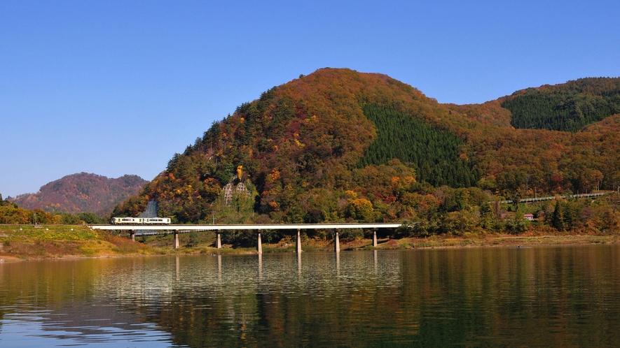 *【周辺観光】錦秋湖。新緑に染まる春、湖畔の紅葉の美しさが映える秋など、四季の景観が魅力です。