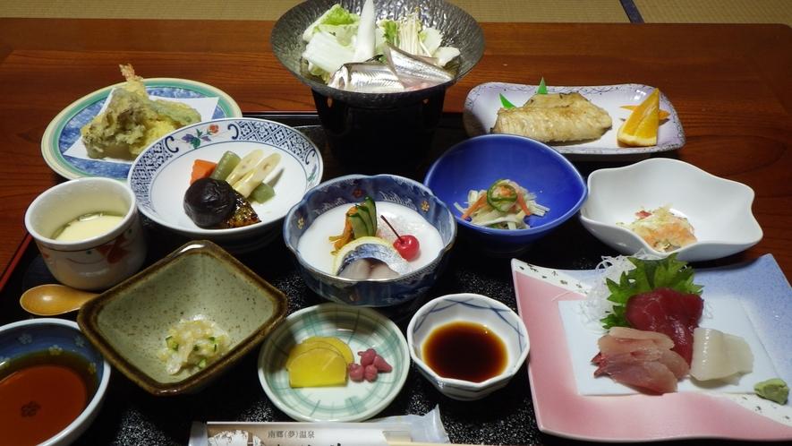 *夕食一例/温泉に浸かって、温かいご飯を食べて、日常の疲れを癒してください♪