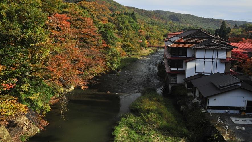 豊沢川を望む当館全景(秋)