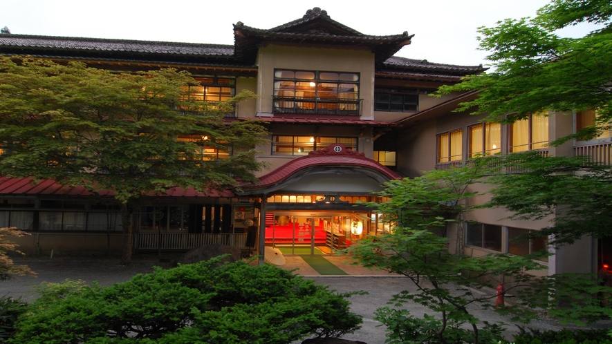 旅館部玄関(新緑・夕暮れ)