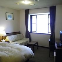 *【シングルルーム】ゆったりと寛げる空間。窓から明るい日差しも入ってきます。
