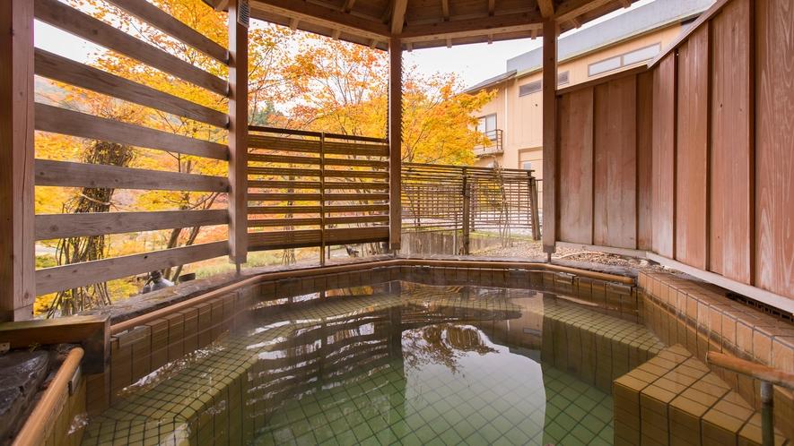 森の湯 立湯露天風呂「満天の湯・月」※紅葉シーズンは色鮮やかな景色をお楽しみいただけます