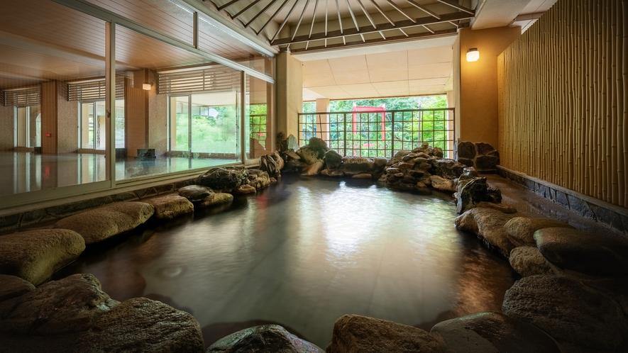 山の湯「岩露天風呂」※夜にはライトアップされた庭園を眺めながらご入浴いただけます