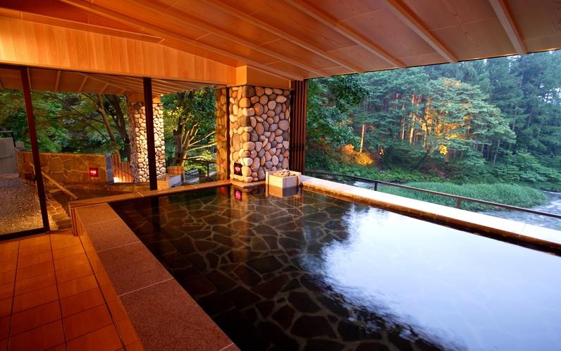 川の湯「内湯」 ※目の前に広がる豊沢川と森を眺めながら温泉をお楽しみください